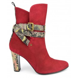 Bottines daim rouge brides motif serpent,